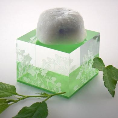 透明の無垢のアクリル板に緑色のアクリル板を無気泡接着