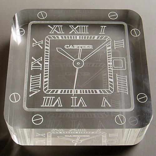 表面に時計のデザインを彫刻